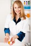 Farmacéutico de sexo femenino con la prescripción Foto de archivo libre de regalías