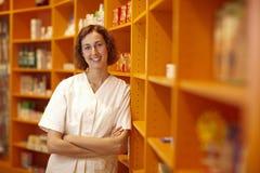Farmacéutico de sexo femenino en estantes Foto de archivo