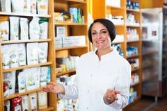 Farmacéutico de sexo femenino en tienda Fotos de archivo libres de regalías