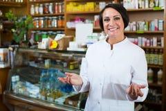 Farmacéutico de sexo femenino en tienda Imagenes de archivo