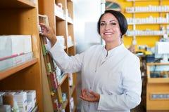 Farmacéutico de sexo femenino en tienda Imagen de archivo