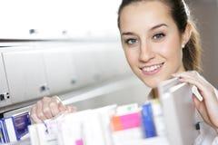 Farmacéutico de sexo femenino joven Fotografía de archivo