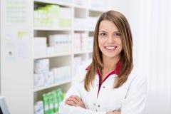 Farmacéutico de sexo femenino joven confiado Foto de archivo libre de regalías