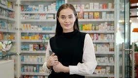 Farmacéutico de sexo femenino que trabaja en farmacia con la tableta y la medicina digitales, farmacia feliz de la mujer, consult almacen de video