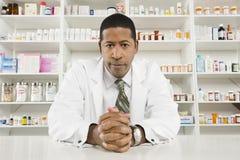 Farmacéutico de sexo masculino confiado Fotos de archivo