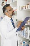 Farmacéutico de sexo masculino Working In Pharmacy Fotografía de archivo libre de regalías