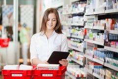Farmacéutico With Digital Tablet Fotos de archivo