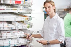 Farmacéutico en el trabajo Imagen de archivo libre de regalías