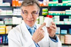 Farmacéutico en farmacia con el medicamento fotos de archivo libres de regalías