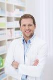 Farmacéutico hermoso confiado Imágenes de archivo libres de regalías