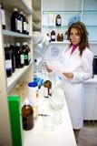 Farmacéutico hermoso de la mujer en laboratorio Foto de archivo libre de regalías