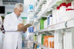 Farmacéutico Holding Clipboard While que cuenta la acción Imagen de archivo libre de regalías