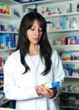 Farmacéutico que busca la medicina Foto de archivo libre de regalías