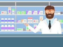 Farmacéutico que coloca estantes cercanos con las medicaciones Foto de archivo libre de regalías