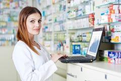 Farmacéutico que comprueba la acción de la droguería Fotografía de archivo libre de regalías