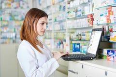 Farmacéutico que comprueba la acción de la droguería Imágenes de archivo libres de regalías
