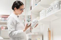 Farmacéutico que comprueba una sustancia farmacéutica química imágenes de archivo libres de regalías