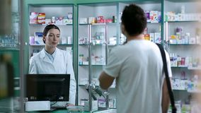 Farmacéutico que da consejo al cliente en la medicación