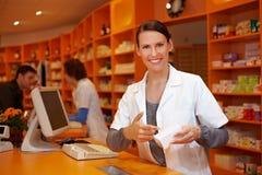 Farmacéutico que señala al producto Foto de archivo