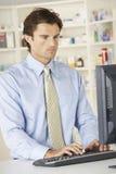Farmacéutico que trabaja en el ordenador en farmacia Foto de archivo