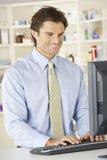 Farmacéutico que trabaja en el ordenador en farmacia Fotos de archivo