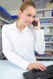 Farmacéutico que usa el ordenador Fotografía de archivo libre de regalías
