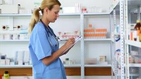 Farmacéutico rubio que sostiene un tablero metrajes