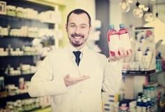 Farmacêutico alegre que sugere a droga útil fotos de stock royalty free
