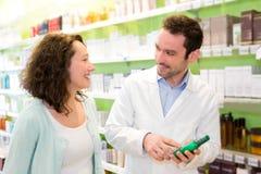 Farmacêutico atrativo que recomenda um paciente imagem de stock royalty free