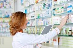 Farmacêutico com tabuleta imagem de stock royalty free