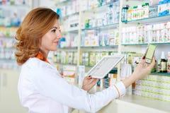 Farmacêutico com tabuleta e droga fotografia de stock
