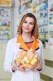 Farmacêutico com uma bacia de vitamina de C fotos de stock royalty free
