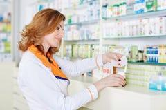 Farmacêutico da mulher sobre o fundo borrado imagens de stock royalty free