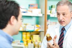 Farmacêutico e cliente Fotografia de Stock