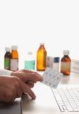 Farmacêutico e computador portátil Foto de Stock Royalty Free