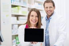 Farmacêutico fêmea feliz que faz uma promoção Imagem de Stock