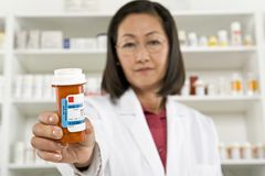Farmacêutico fêmea Holding Prescription Drugs Fotografia de Stock
