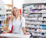 Farmacêutico fêmea que está no contador de verificação geral Fotos de Stock Royalty Free