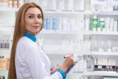 Farmacêutico fêmea que trabalha em sua drograria imagens de stock royalty free