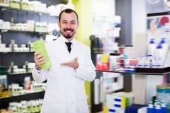 Farmacêutico feliz que sugere a droga útil fotos de stock