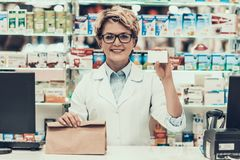 Farmacêutico Holding Credit Card e saco da medicina imagens de stock