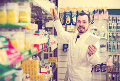 Farmacêutico masculino na farmácia foto de stock royalty free