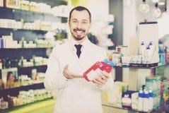 Farmacêutico masculino na farmácia fotografia de stock royalty free