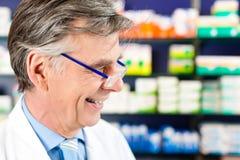 Farmacêutico na farmácia imagens de stock