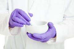 Farmacêutico ou cientista com almofariz e pilão Imagens de Stock Royalty Free