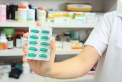 Farmacêutico que guarda a bolha da medicina Foto de Stock Royalty Free