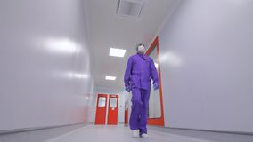 Farmacêutico que move-se no corredor do laboratório Corredor de passeio do laboratório do cientista vídeos de arquivo