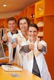 Farmacêuticos bem sucedidos na farmácia Imagem de Stock
