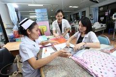 Farmacêuticos que verificam a informação dos pacientes com a enfermeira da divisão imagem de stock