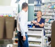 Farmaceuta Daje produktowi klient W aptece obrazy royalty free